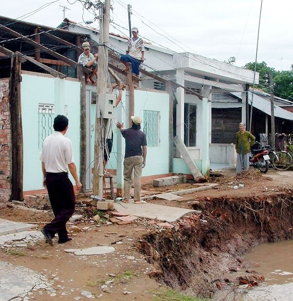 The Mekong delta's provincial authorities make measures to mitigate the impact of flooding caused by high tides.
