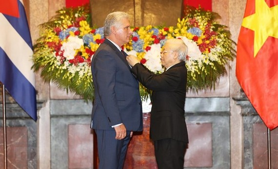 Party General Secretary and President Nguyen Phu Trong (R) bestows a Ho Chi Minh Order upon President of the Council of State and Council of Ministers of Cuba Miguel Mario Diaz-Canel Bermudez in recognition of his contributions to the Vietnam-Cuba friends