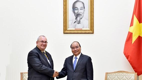 Vietnamese PM Nguyen Xuan Phuc (R) and Belgium Ambassador Paul Jansen