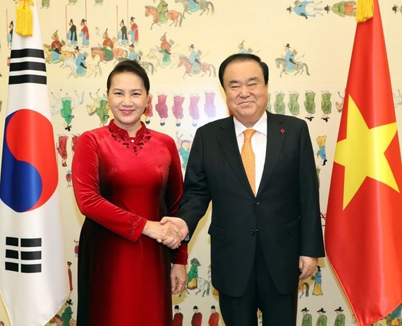 National Assembly Chairwoman Nguyen Thi Kim Ngan (L) and Speaker of the RoK National Assembly Moon Hee-sang (Photo VNA)