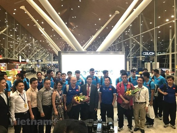 Vietnamese Ambassador to Malaysia Le Quy Quynh (front, fourth, right) welcomes coach Park Hang-seo (front, fifth, right) and other members of Vietnam's national football team at Kuala Lumpur International Airport (Photo: VNA)