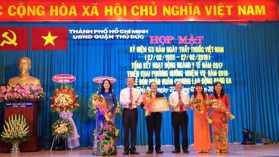 Phó Chủ tịch UBND TPHCM Lê Văn Khoa (thứ hai từ trái qua) trao tặng Huân chương Lao Động hạng Ba cho Bệnh viện quận Thủ Đức