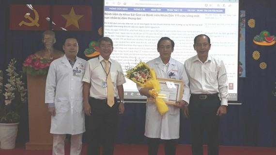 PGS.TS Tăng Chí Thượng (bìa phải) tặng bằng khen cho Bệnh viện Đa khoa Sài Gòn