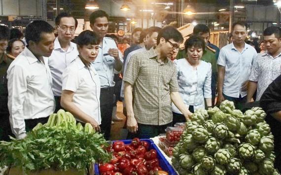 Phó Thủ tướng Vũ Đức Đam kiểm tra sạp rau củ tại chợ Bình Điền Ảnh: Hoàng Hùng