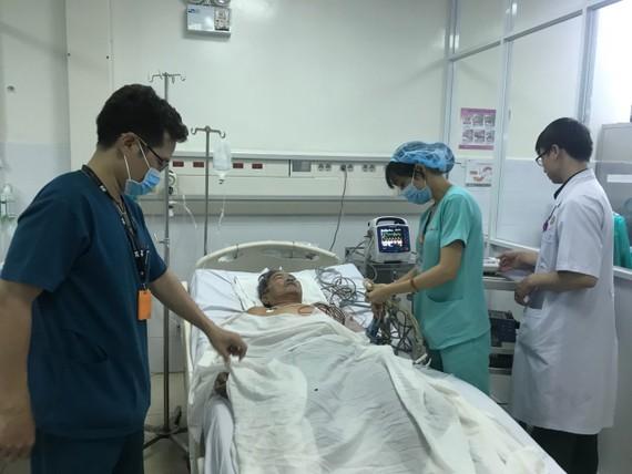 Các bác sĩ đang tiến hành cấp cứu cho bệnh nhân