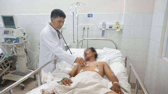 Bác sĩ đang thăm khám cho bệnh nhân tự tử vì thua cá độ bóng đá