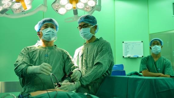 Các bác sĩ đang nội soi dạ dày cho bệnh nhân