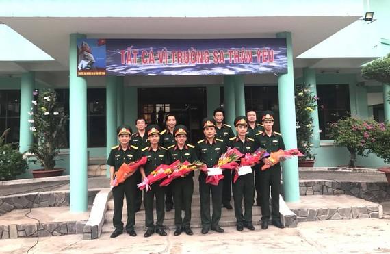 Ban giám đốc Bệnh viện Quân y 175 tặng hoa chúc mừng các chiến sĩ lên đường nhận nhiệm vụ
