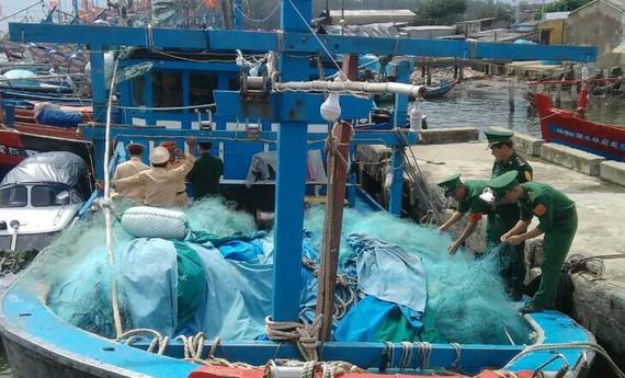 Đồn biên phòng Sa Kỳ phát hiện tàu cá Đà Nẵng bị bỏ lại tại khu vực cảng