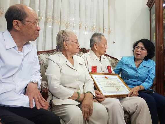 Comrade To Thi Bich Chau extends her best wishes to Mr. Duong Chi Thanh