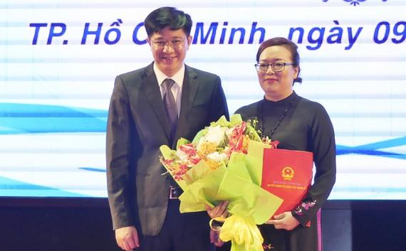 TS. Trịnh Xuân Hiếu – Ủy viên Ban cán sự Đảng, Vụ trưởng Vụ Tổ chức Cán bộ - Bộ GD-ĐT trao quyết định bổ nhiệm cho TS. Nguyễn Thị Minh Hồng
