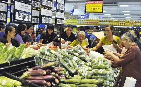 Các siêu thị niêm yết giá rõ ràng nên người tiêu dùng  đi mua sắm rất an tâm