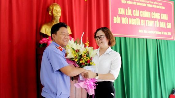 Đại diện Viện kiểm sát Nhân dân TP Biên Hòa tặng hoa và xin lỗi bà Trịnh Thị Nghị