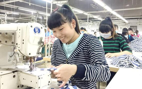 Nữ công nhân Phạm Thị Thanh Hoa ráng làm việc để tết có thêm tiền về thăm gia đình