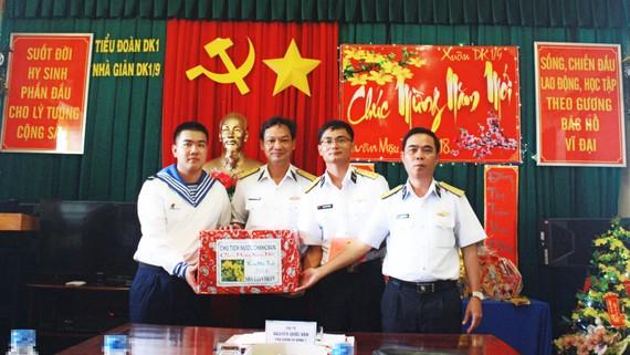 Đoàn công tác chúc tết cán bộ, chiến sĩ nhà giàn DK1