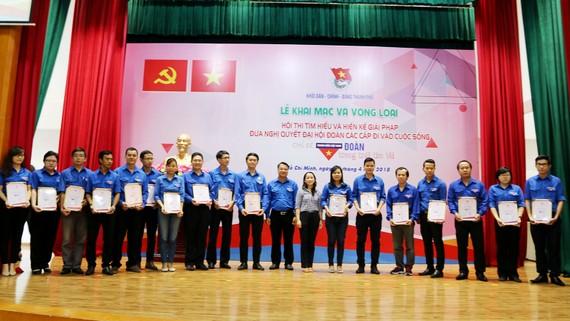 Trao giấy nhận giấy chứng nhận hội thi cho các đơn vị
