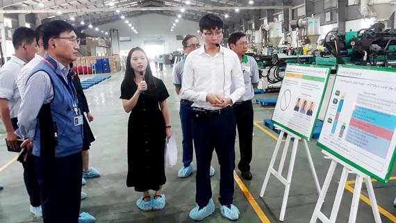 Chuyên gia Samsung đang hướng dẫn DN CNHT cải tiến sản phẩm