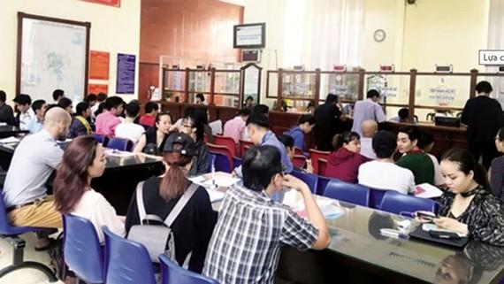 Người dân, doanh nghiệp tìm hiểu về các quy định pháp luật, trong đó có Luật Trọng tài thương mại tại Sở Tư pháp TPHCM