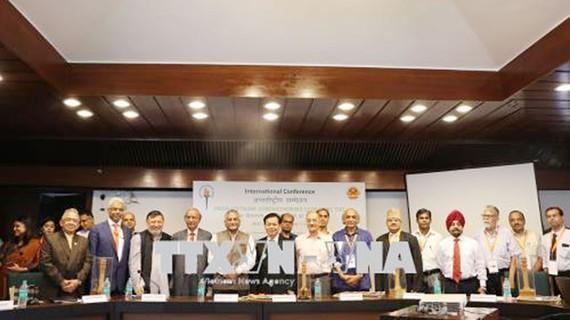 Các đại biểu dự hội thảo chụp ảnh lưu niệm. Ảnh: TTXVN
