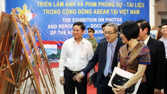 Các đại biểu xem ảnh triển lãm. Ảnh: TTXVN