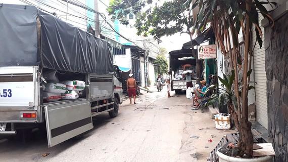 Mỗi ngày hàng chục lượt xe tải của cơ sở tái chế ra vào chở hàng, gây mất an toàn giao thông trong hẻm
