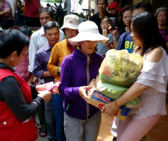 慈善團向窮人派發禮物。
