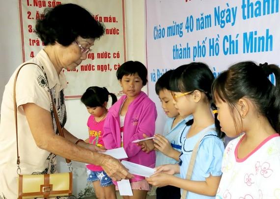 易映娥書畫家向貧困學生頒發助學金。