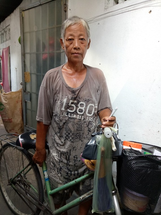 吳愛蓮騎著自行車去賣彩票。