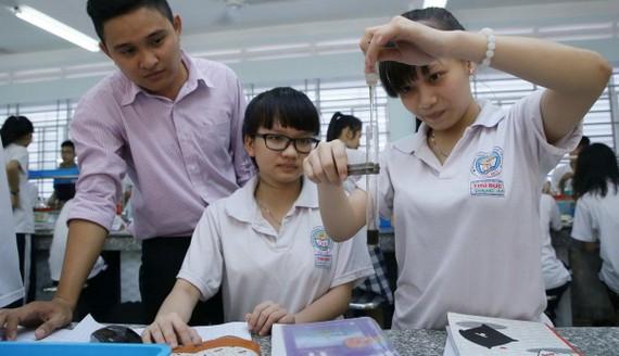 守德中學校師生在化學實驗一節課中。(示意圖源:如雄)