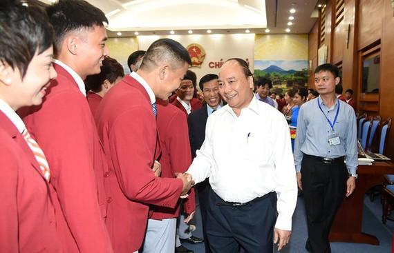 政府總理阮春福和運動員們親切握手。