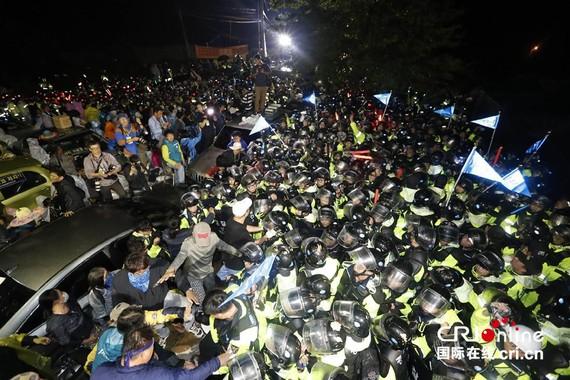 """反""""薩德""""民眾封路阻抗,與警方發生激烈衝突。(圖源:cri.cn)"""