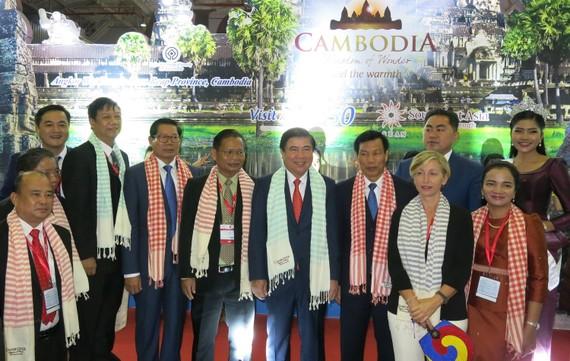 各國部長與代表參觀本市國際旅遊展合照。(圖源:仁建)