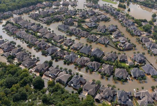 """美國得克薩斯州休士頓的一些房屋被颶風""""哈威""""引發的洪水圍困。"""