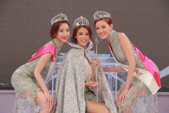亞軍1號何依婷(左起)、冠軍5號雷莊兒及季軍4號黃瑋琦。