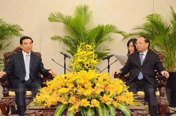 市委常務副書記畢成剛(右)會見王安順同志。(圖源:越通社)