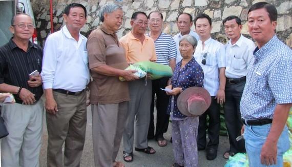 頭頓崇正天后宮理事會成員派發濟貧禮物。