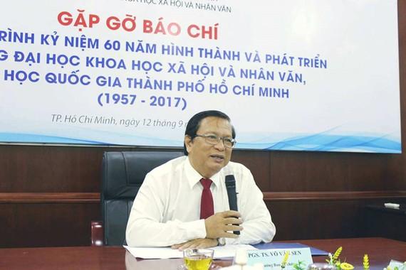 該大學校長武文蓮在記者招待會上發表講話。(圖源:M.N)