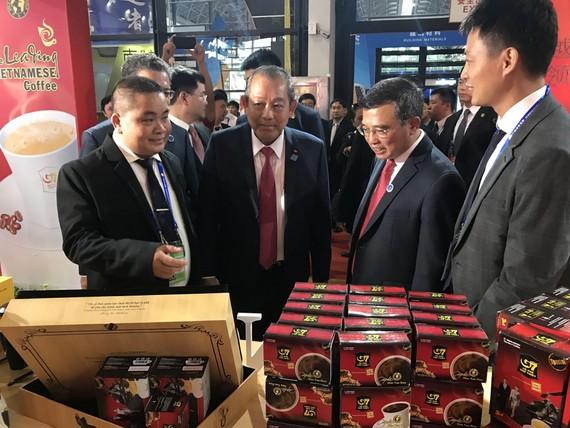 政府常務副總理張和平(左二)參觀越南企業的展位。