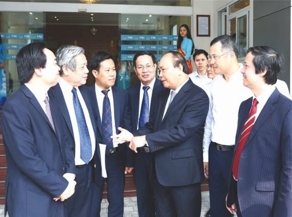 政府總理阮春福與河內國立大學領導及骨幹幹部交談。(圖源:越通社)