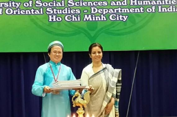 印度總領事(右)贈送各種書籍共500本。