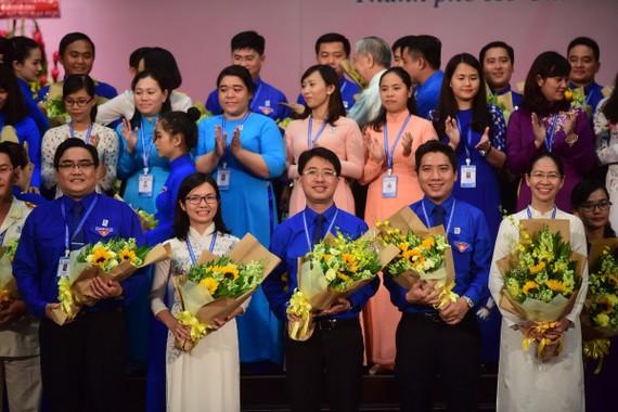 大會一致選出范鴻山(前中)為共青團市委書記和4名副書記,其中華人幹部王青柳(前左二)繼續擔任新一屆副書記。(圖源:光定)