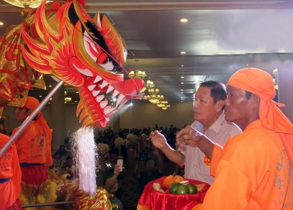 名譽理事長陳子暉為金龍點睛開光。