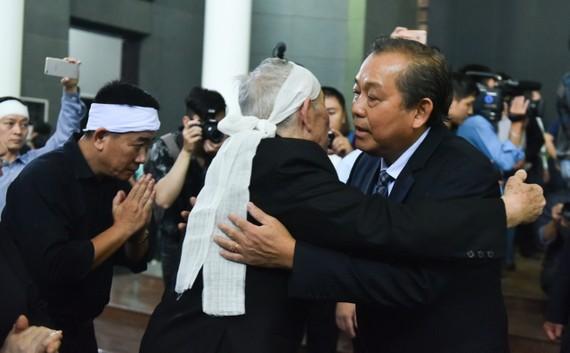 政府常務副總理張和平(右一)前來弔唁黃氏明胡大娘並親切慰問家屬。(圖源:Zing.vn)