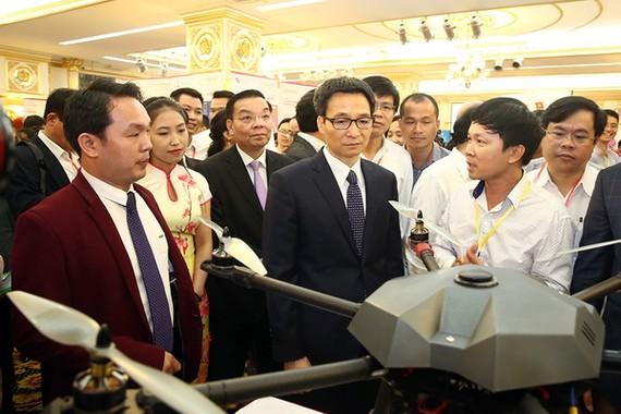 武德膽副總理(前排右二)參觀創業企業的革新創意產品。