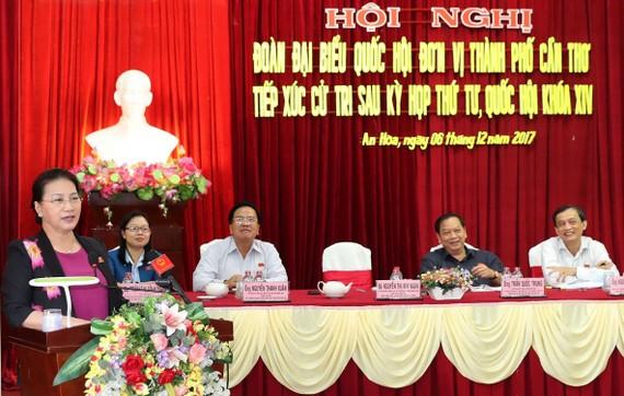國會主席阮氏金銀回答芹苴市選民的詢問。