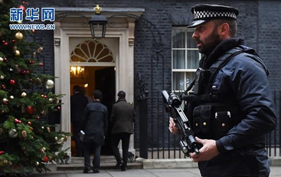 英警方挫敗一起暗殺首相陰謀。圖為英國倫敦武裝警察在唐寧街10號外巡邏。(圖源:新華網)