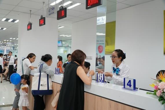 圖為我國最現代化防疫接種中心(VNVC)掛號櫃檯處一瞥。