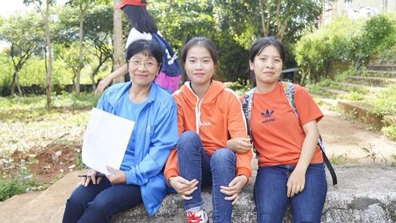 阮氏米老師(左)與學生們。