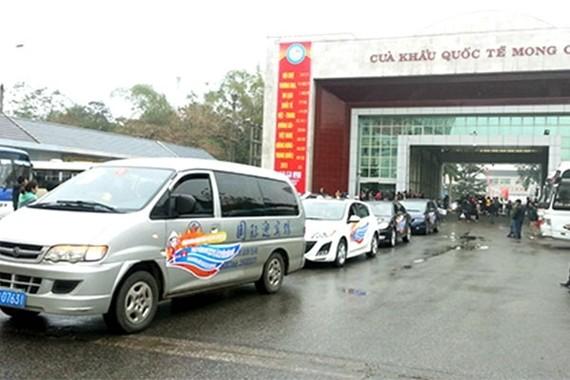 試行讓中國旅遊車通過芒街國際口岸進入廣寧省下龍市。(圖源:VNN)