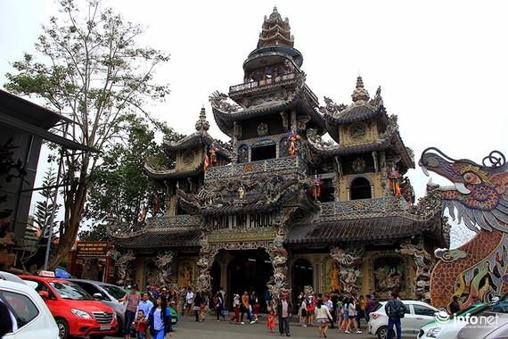 靈福寺以瓷碎片鑲嵌於表面。